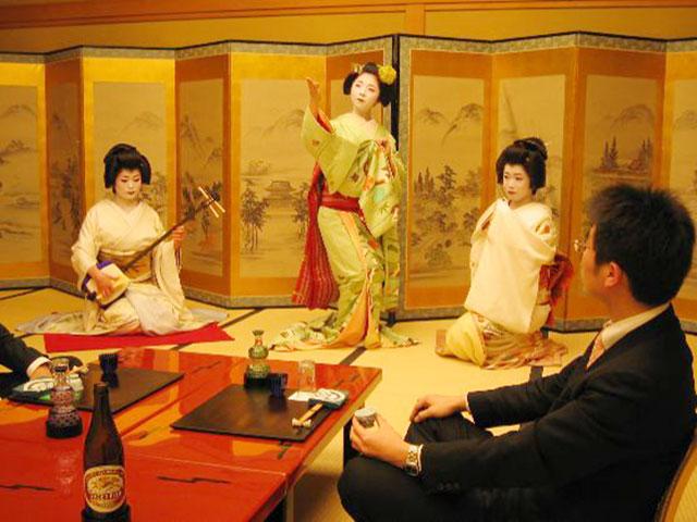 Ozashiki Asobi experience with Maiko and Geiko (Geisha)