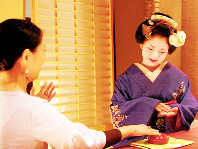 """Playing with Maiko and Geiko (Geisha) in the bar attached to the """"Ochaya"""""""