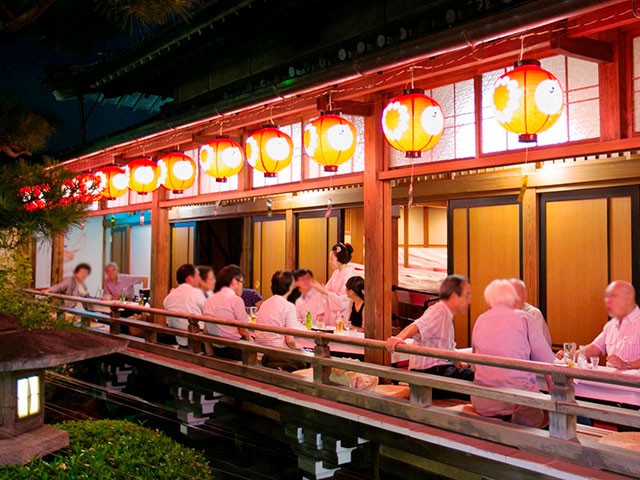 Get entertained at a beer garden where you can meet maiko and geiko in yukata.